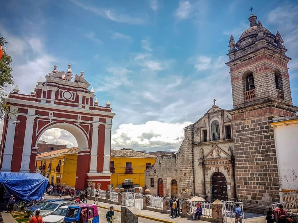 Arco arquitectónico e iglesia en Ayacucho