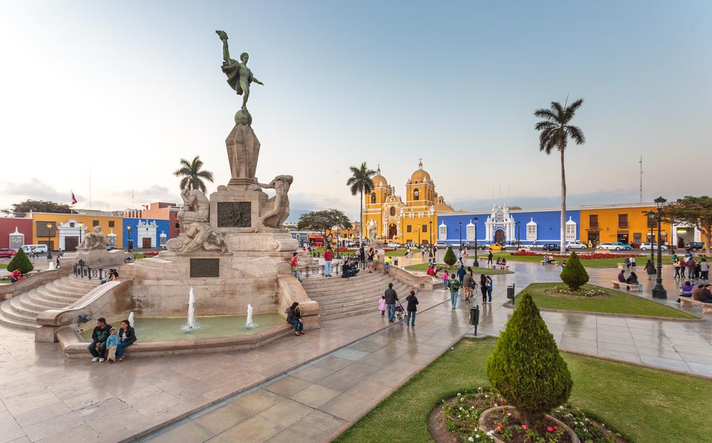 Centro histórico con edificios coloniales y personas