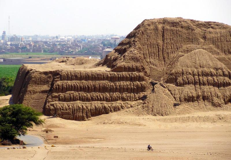 Gigante pirámide de barro en uno de los lugares turísticos de Trujillo