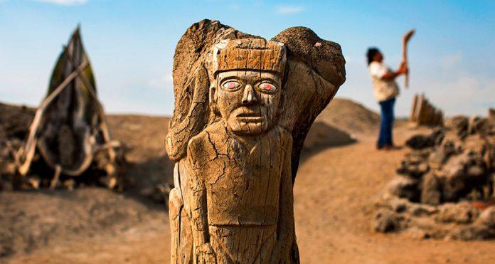 Totem talado en madera en uno del os lugares turísticos de Trujillo
