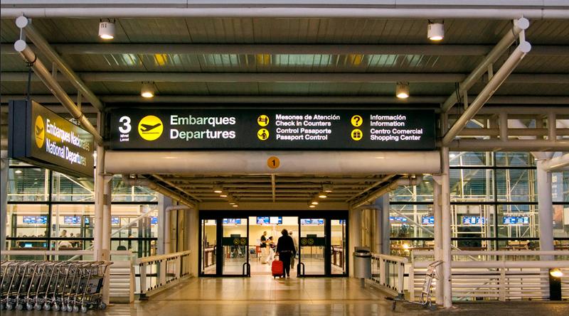 Persona en el aeropuerto internacional de Santiago de Chile