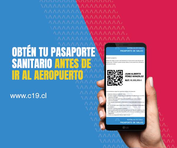 Persona con celular en su mano con pasaporte sanitario