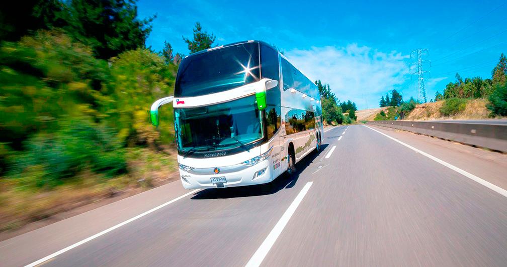 Bus viajando por carretera