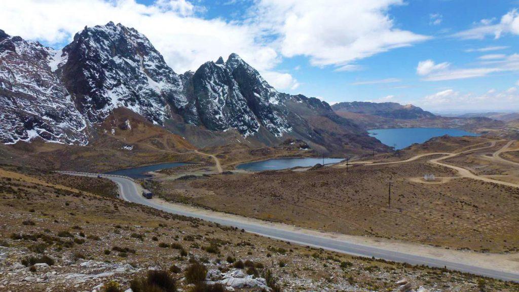 Montañas nevadas y carretera en Perú