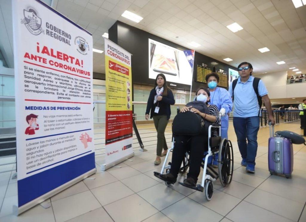 Personas ingresando al aeropuerto de Lima