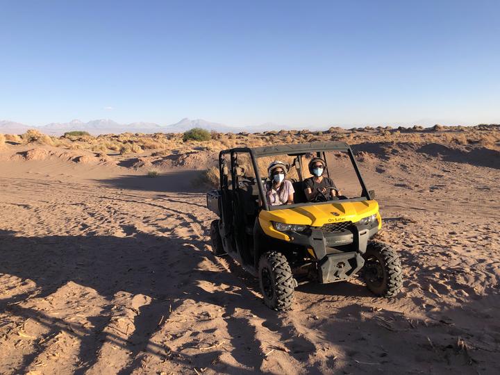 Viajeros en buggy en medio del desierto de atacama