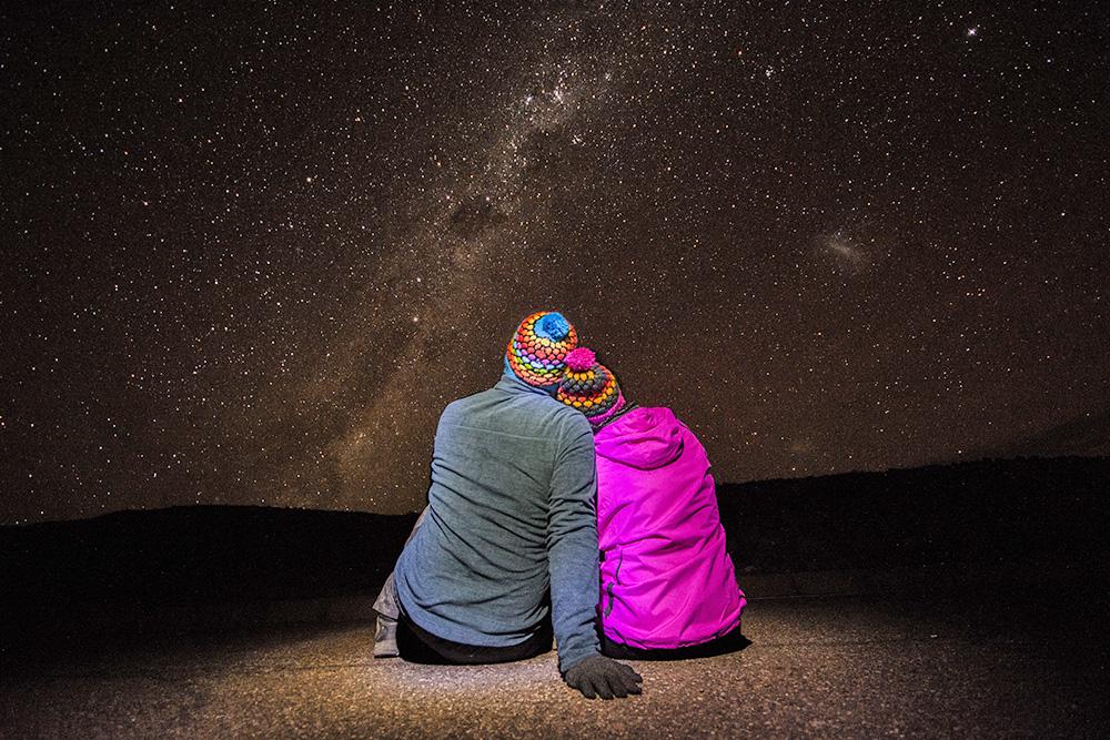 Pareja observando las estrellas en el desierto de atacama