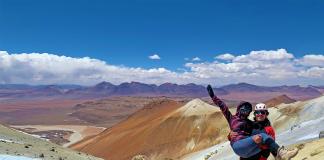 Pareja de viajeros sobre una montaña en el desierto
