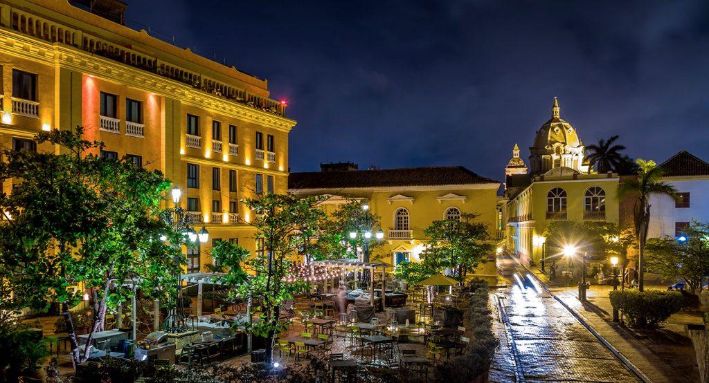 Ciudad colonial durante la noche