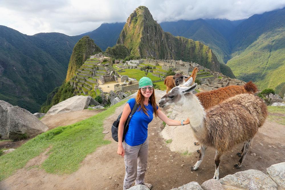 Viajera junto a dos llamas en Machu Picchu